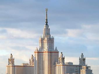 Главное здание МГУ на фоне голубого неба