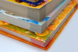 Сложенные в стопку книги на столе репетитора по математике и физике