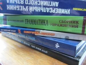 Учебники по математике и английскому языку на столе