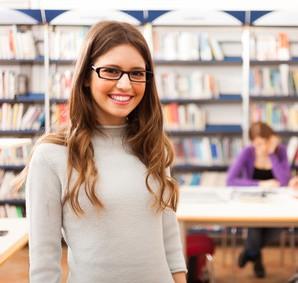 Улыбающиеся студенты в библиотеке