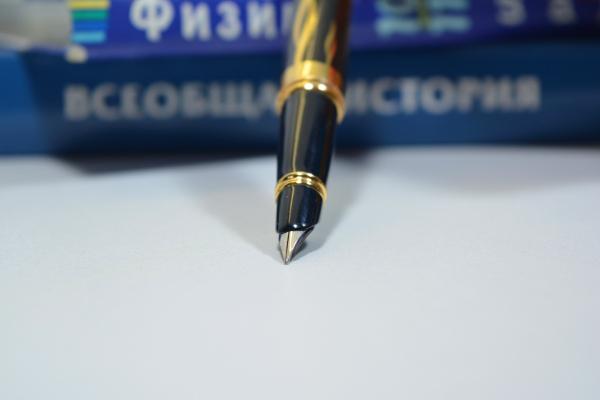 Книги и ручка репетитора по математике и физике