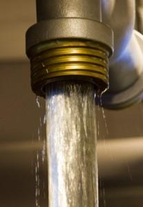 Вода льётся из крана