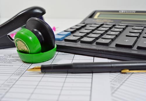 Калькулятор, ручка и точилка для карандашей репетитора по математике на Юго-Западной