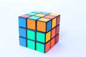 Кубик-Рубика на белом фоне