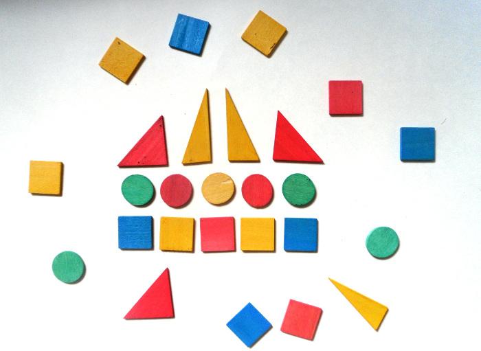 Разноцветные многоугольники лежат на столе